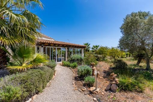 Von Palmen umgebene, idyllische Finca mit Wintergarten und spektakulärem Meerblick in Ses Salines