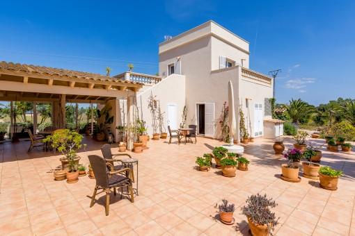 Mediterraner Terrasse vor dem Gästehaus