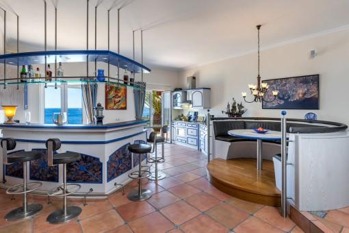 Außergewöhnliche Küche mit Bar