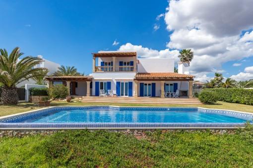 Frontansicht der Villa