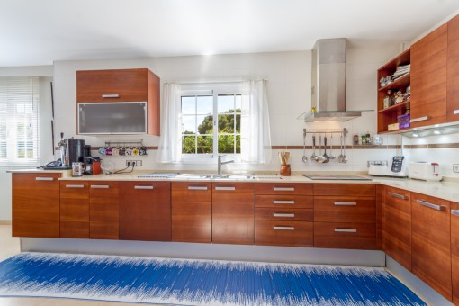 Große und voll ausgestattete Küche