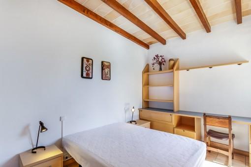 Weiteres Schlafzimmer mit Holzdeckenbalken