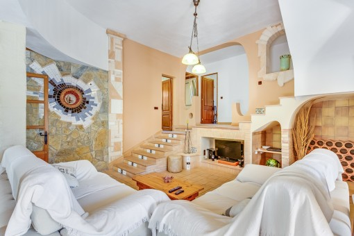 Gemütlicher Wohnbereich mit Treppenaufgang