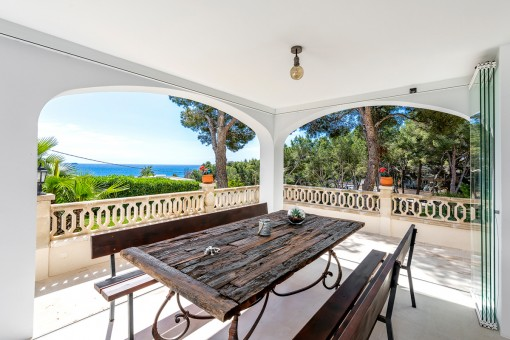 Überdachte Terrasse mit tollem Meerblick
