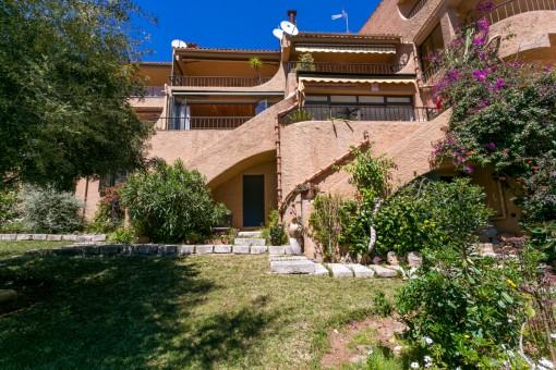 Außenansicht der Villa mit Garten