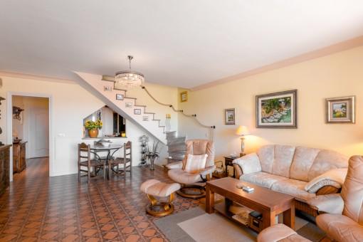 Heller Wohnbereich mit Treppenaufgang