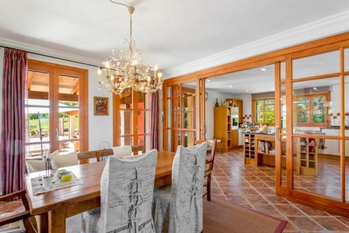 Essbereich mit Zugang auf die Terrasse und Verbindung zur Küche