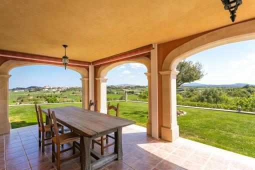 Spektakulärer Blick von der überdachten Terrasse