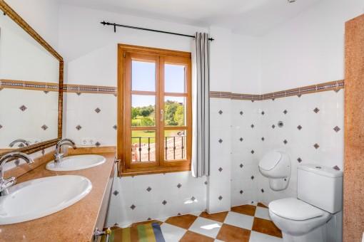 Zweites separates Badezimmer im Obergeschoss