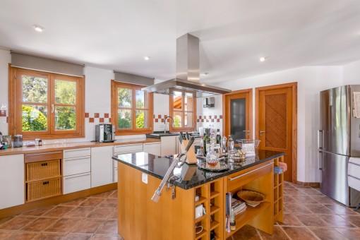 Zeitlose Küche mit Kochinsel