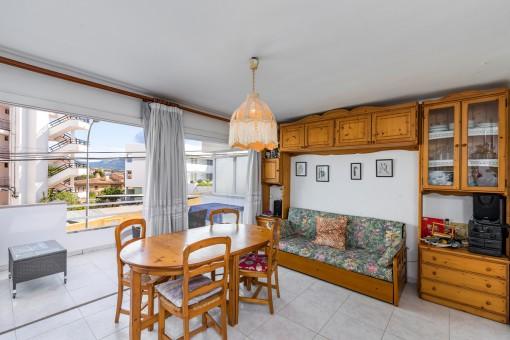 Wohn-und Essbereich mit Balkonzugang