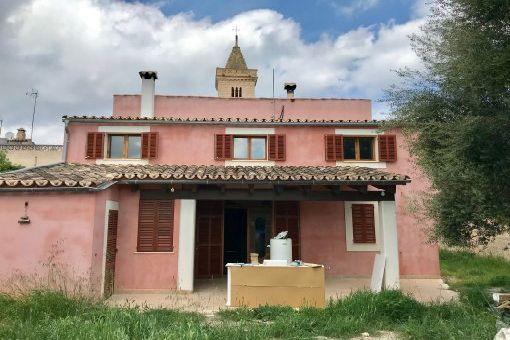 Unmöbliertes Stadthaus mit Garten in idyllischer Dorflage in Son Carrio