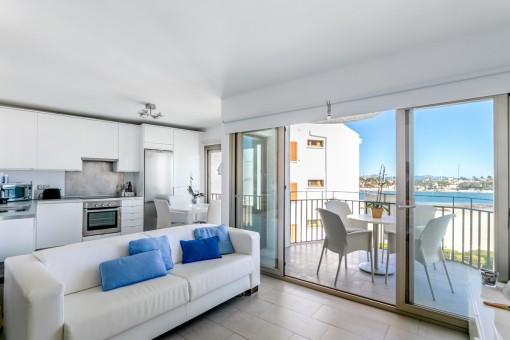 Renoviertes Apartment in erster Meereslinie direkt am Strand mit Gemeinschafts-Pool in Port Alcudia