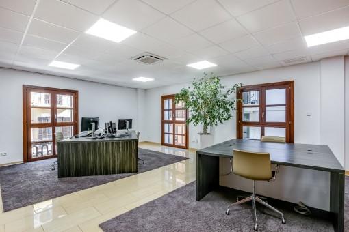 Großzügiger Bürobereich
