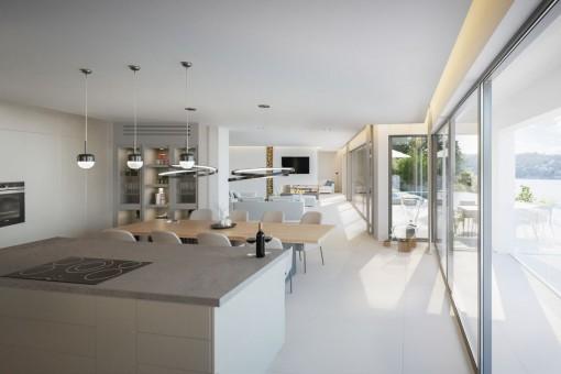 Offener Wohn- und Essbereich mit Panoramafenstern
