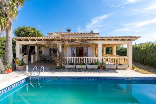 Mediterrane Villa mit Pool und Garten in der Nähe eines Golfplatzes in Badia Blava