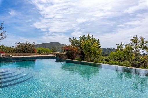 Malerischer Pool mit Landschaftsblick