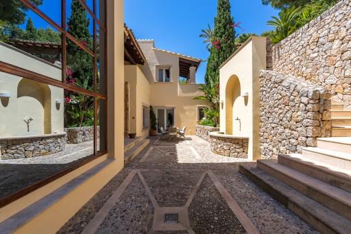Eingangsbereich mit Natursteinwand