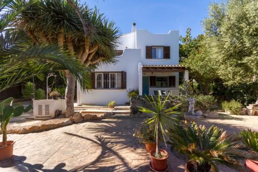 Villa im Ibiza-Stil mit Meerblick bei der Bucht von Cala Pi