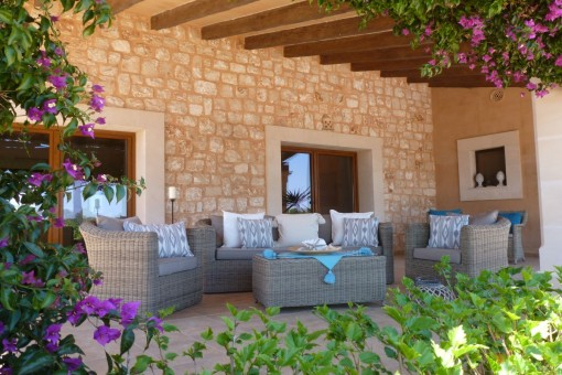 Chill-out Lounge und Steinfassade