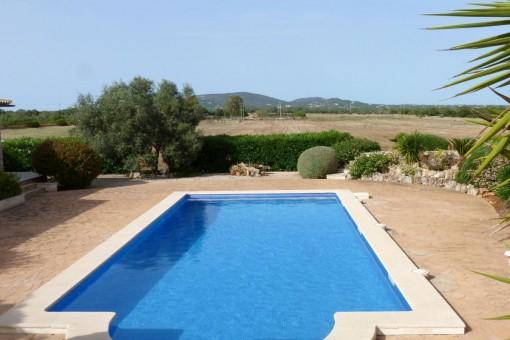 Poolbereich in einer idyllischen Umgebung