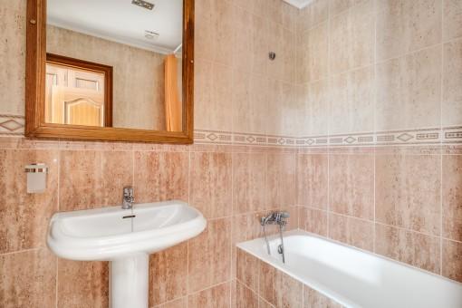 Eines von 2 Badezimmer mit Wanne