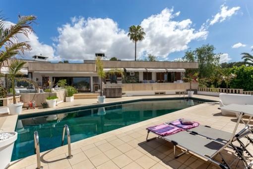Großzügig geschnittene Villa am Ortsrand von Sa Cabaneta mit traumhaftem Poolbereich und Fernblick auf das Meer und Palma
