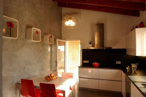 Moderne Küche mit kleinem Essbereich
