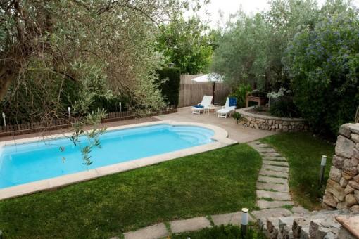 Großzügiger Pool- und Gartenbereich