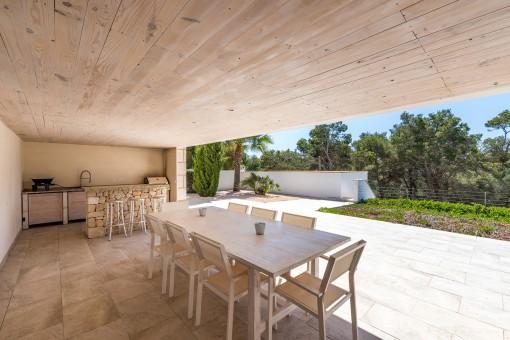 Überdachte Außenküche mit Natrusteinbar