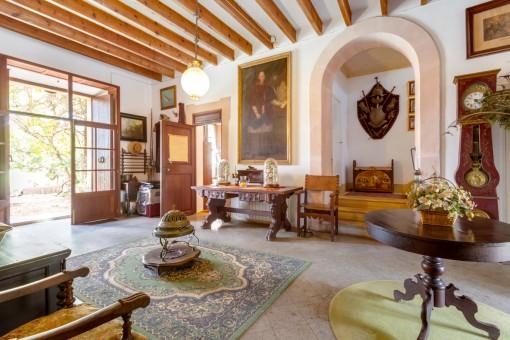 Eingangsbereich mit Setinbögen und Holzbalken
