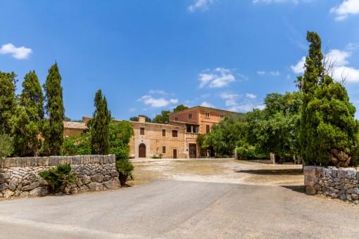 Prächtiges Herrenhaus mit Pferdeställen in Felantix