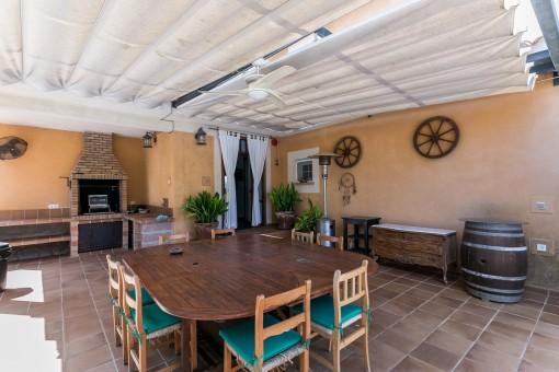 Überdachte Terrasse mit Grillbereich