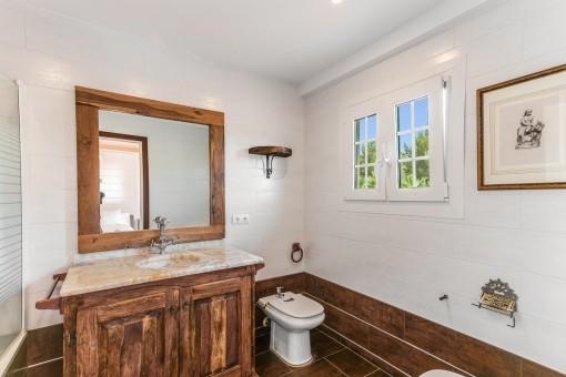Eines von 8 Badezimmern