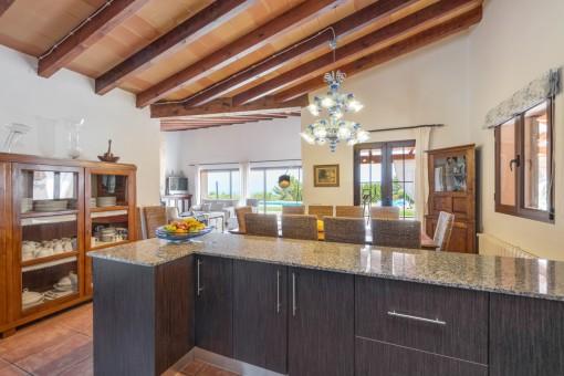 Blick von der offenen Küche zum Wohnbereich