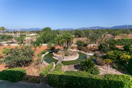 Blick über den parkähnlichen Garten