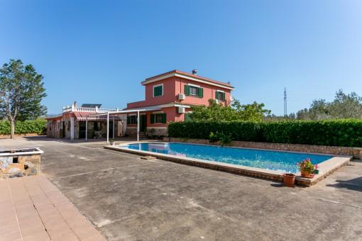 Großzügiger Poolbereich und Gästehaus