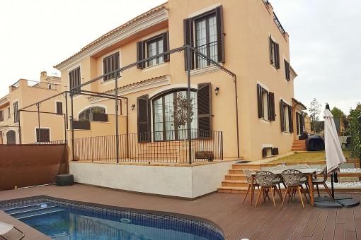 Schöne Doppelhaushälfte in begehrter Villengegend in Puigderrós