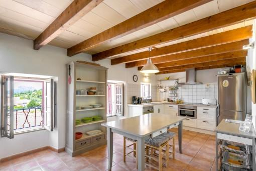 Heller Küchen- und Essbereich