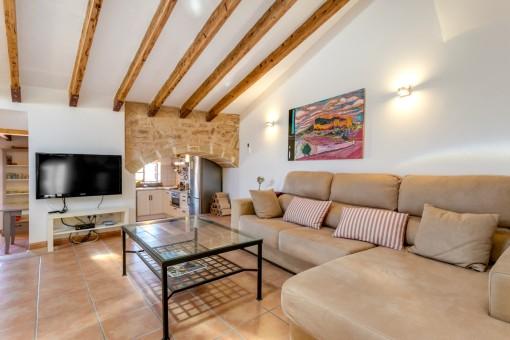 Wundervoller Wohnbereich mit Holzdeckenbalken