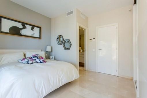 Hauptschlafzimmer mit Badezimmer en Suite