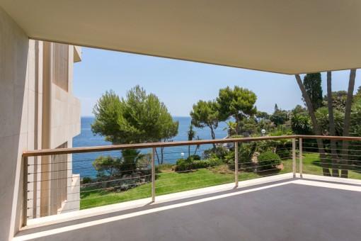 Traumhafte, frisch renovierte Meerblick-Wohnung in erster Meereslinie in Cala Vinyas