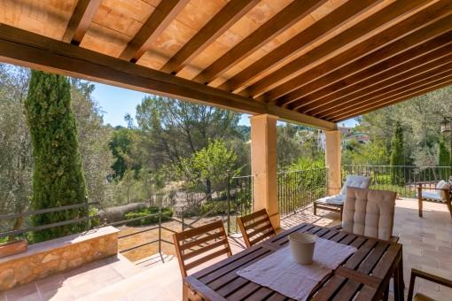 Idyllische Terrasse mit Zugang zum Garten