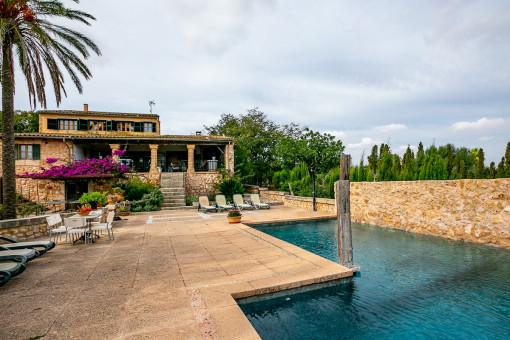 Schöner Terrassen-und Poolbereich