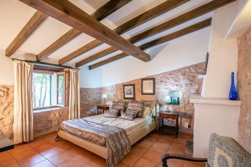 Authentisches Schlafzimmer mit Sandsteinwand