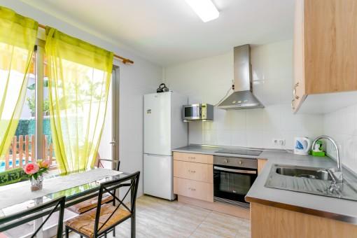 Helle Küche mit Terrassenzugang