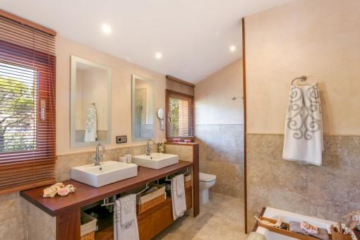Badezimmer mit Badewanne und 2 Waschbecken