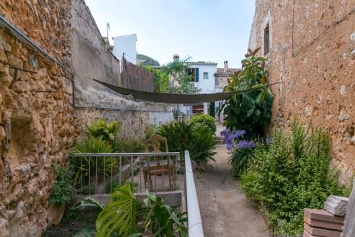 Charmanter Außenbereich mit Pflanzen