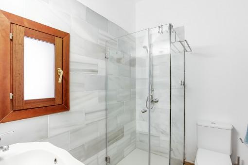 Zweites Badezimmer mit Fenster