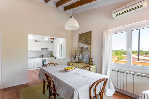 Apartment mit Küche und Essbereich